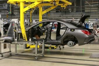 Emberjogi vétségek miatt vizsgálják a Mercedest