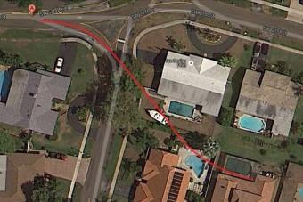 Három ház udvarán hajtott át az autó