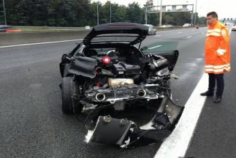 Szétszakadt Ferrari az autópályán