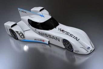 Rajtra kész a Nissan macisajt-versenyautója