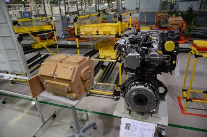 Jobbra az 1,6 literes SIDI Turbo benzinmotor, mellette pedig a V8-as forma fából készült blokk