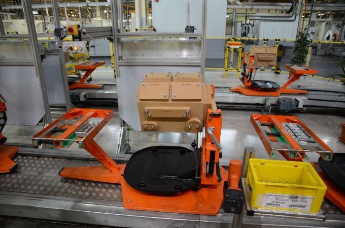 A narancssárga állvány, az úgynevezett Flex gyári paletta, amire bármelyik motort fel lehet rögzíteni, amit itt raknak össze, még a fából készülteket is.