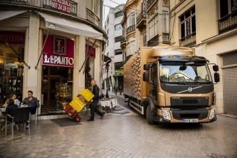 Van Damme kamionok között spárgázik