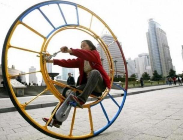 Kerékjáró. Ez egy kínai találmány, pedálos egykerekű, ahol a kerékben kell ülni, tekerni. Kanyarodni biztos kalandos lehet vele.
