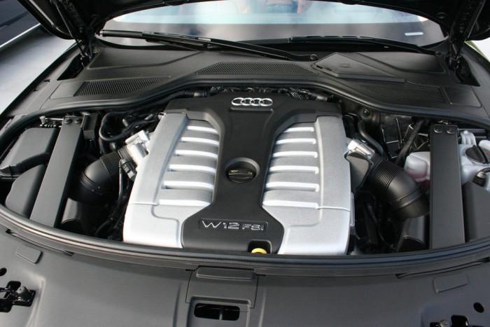 Néhány gyári adat fogyasztásra: 5,9-es átlagot ír az Audi a 3.0 TDI-nél, 10,1 litert az S8-nál, és 11,7 litert a W12-nél. Jól meghajtva nekünk 19,5 litert írt ki a kompjúter a W12-re