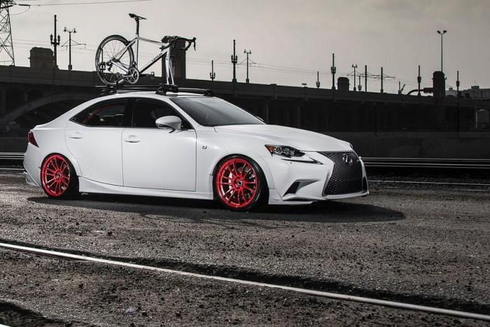 Lexus IS AWD (2014) Gordon Ting Gordon Ting számára mindegy, milyen a motor, a lényeg az összkerékhajtás. A bringaszállító csak álca: egyedi szívócsövével, Street Flex rugóstagjaival, sportkipufogójával, Brembo fékjeivel, Sparco üléseivel és filigrán bukókeretével, no meg piros felnijeivel ez az IS igazi vadállat.