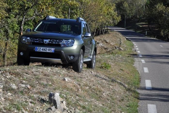 Az új Dacia Duster pont azt tudja, mint a régi, csak kicsit elegánsabban: rossz utakon és néha úttalan terepen is kényelemben szállítani utasait