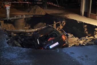 A nap képe: beszakadt az út az autó alatt