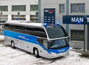 Távolsági busz szirénával