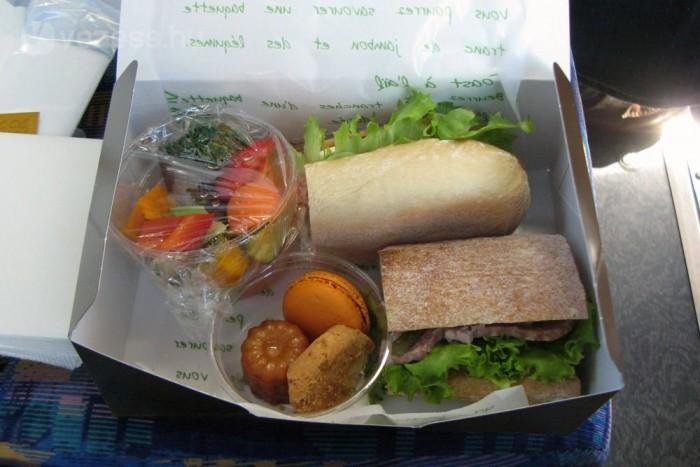 A dobozban lévő szendvics az ebédünk volt, amit a buszban ülve költöttünk el. Ezt a megoldást gyakran alkalmazzák, mert időtakarékos.