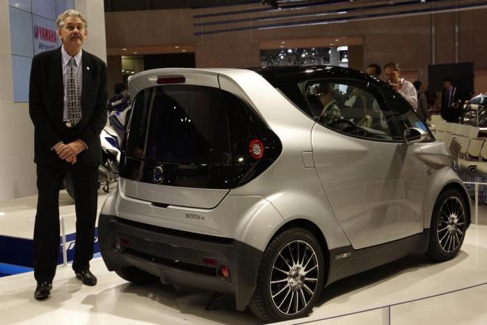 Aki a méretarányt mutatja: Gordon Murray, az autó tervezője