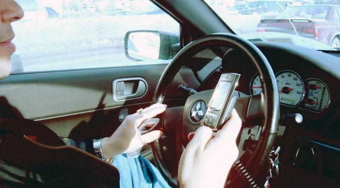 A nálunk 30 000 forinttal honorált vezetés közbeni kézből telefonálás arányosan az egyik legdrágább szabálysértés az unióban, de a románok megelőztek, ha őket elcsípi egy közeg, akkor a minimálbér 41,4 %-a bánja a kalandot.