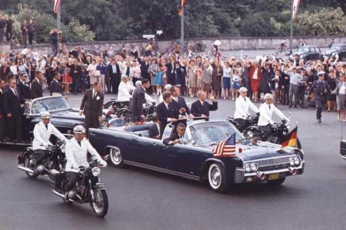 John F. Kennedy limuzinja, amelyben a halálos merénylet érte, egy 1961-es Lincoln Continental kabrió volt. Az egyedi tervezésű járművet Hess & Eisenhardt tervezte meg az elnök számára. Az autó fel volt szerelve páncélzattal, légkondicionáló , elektronikus hírközlő berendezésekkel, golyóálló üveggel és ellátható volt kemény-tetővel is.
