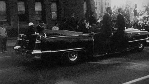 """1938-ban két Cadillac kabriót adtak át az amerikai kormánynak, a Queen Mary-t és a Queen Elizabeth-et. A 6,6 méteres és mintegy 3470 kilogramm súlyú autók brutális fegyverarzenállal és egy rádiókészülékkel is fel voltak szerelve. A két """"királynő"""" Franklin D. Roosevelt (1933-45), Harry S. Truman (1945-53) és Dwight D. Eisenhower (1953-61) elnöksége alatt szolgáltak."""