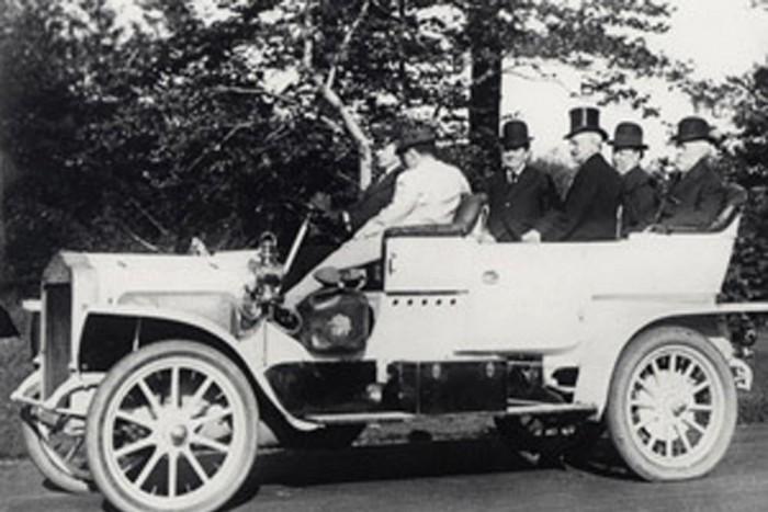 William McKinley (1897-1901*) volt az első amerikai elnök, aki autót választott fő utazási eszközeként. Az őt követő Theodore Roosevelt (1901-1909) pedig már az első állami tulajdonú négykerekűt vette használatba, egy fehér színű Stanley Steamer-t.