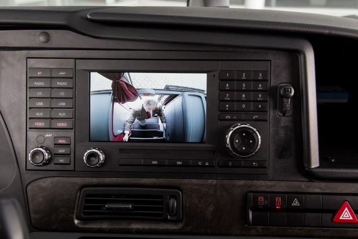 A jobb oldali képernyőn a tolatókamera, valamint a második ajtónál elhelyezett kamera képe látható