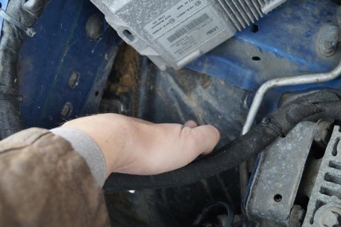 Helyenként rémisztően olcsó megoldások a motortérben: doblemez gyakorlatilag nincs, a helyén egy puha műanyag