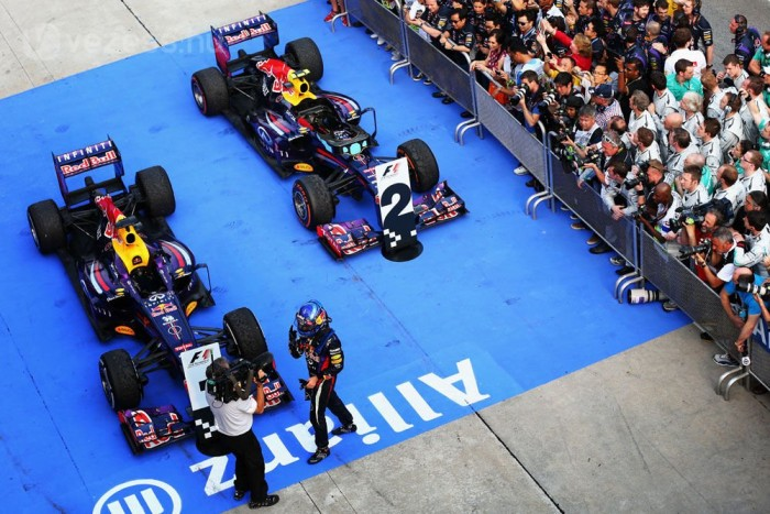 Maláj Nagydíj - A Red Bull első 2013-as győzelme óriási botrány: Sebastian Vettel a csapat határozott utasítására (az elhíresült multi-21) előzi meg a gyanútlanul vezető Mark Webbert. Lewis Hamilton második mercedeses versenyén a dobogóra áll. Alonso az első kör végén eldobta az autót