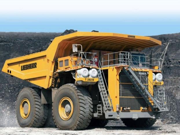 Liebherr T 282B - A német gyártó nem csak a daruk terén megalomániás, a napjainkban használt legnagyobb billenős teherautót is ők szabadították a világra. A T282B üres tömege 203, maximális rakománya 365, maximális tömege 592 tonna. A 7,4 méter magas gigász főképp bányákban érzi jól magát, ahol a 90 literes, 3650 lóerős dízelmotor és a Siemens villanymotorok kettősének köszönhetően akár 65 km/órával is haladhat.