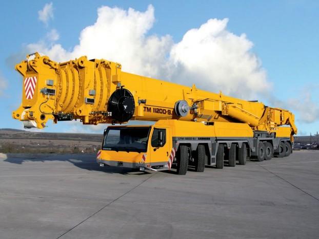 Liebherr LTM 11200-9.1 - Egy gigantikus daru, amiről nem vállalnánk a bungee jumpingot. Az ég sarkáig érő masztodon német gyártmány, és 2007 óta áll a speciális igényekkel rendelkező ügyfelek szolgálatára. Karját a leghosszabb felépítménnyel 100 méterig képes kinyújtani, és akár 1200 tonnás tömeg felemelésére is képes.
