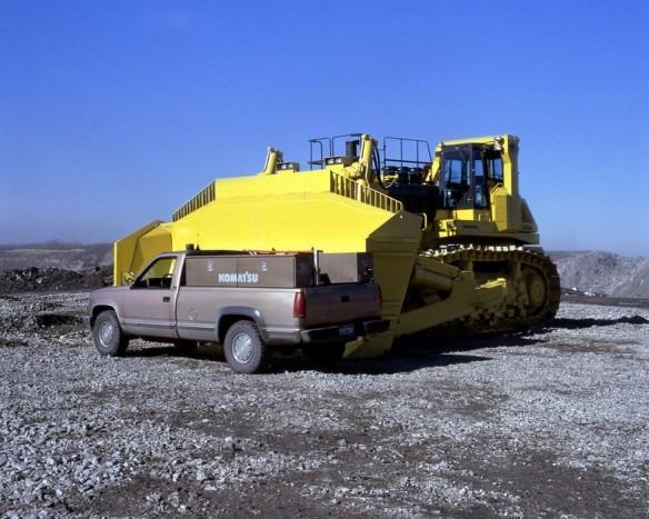 Komatsu D575A Super Dozer – A földmunkagépek zászlóvivője ez a japán lánctalpas, ami 96 köbméter földet képes megmozgatni egy nekifutásra. A 152 tonnás behemótnak ehhez a 12 hengeres 46,3 literes dízelmotor ad 1150 lóerőt. Nem kérdés, ha takarításra kerül a sor, ez a 7,4 méter hosszú tolólappal felszerelt gép felnő a feladathoz.