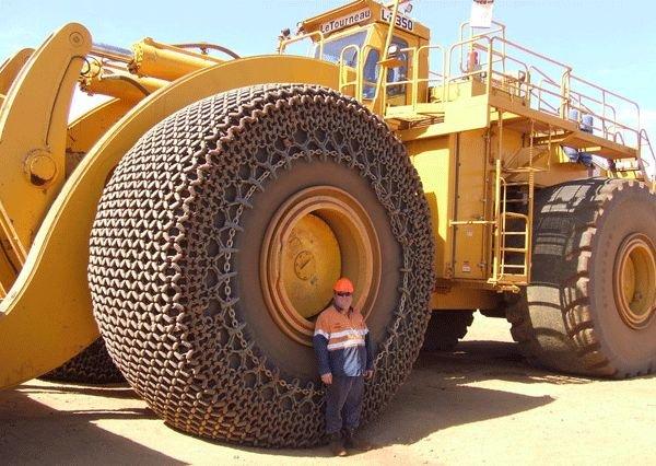 LeTourneau L-2350 – Ahol egy billenős teherautó 300 tonnát röhögve elvisz, ott nem lehet a rakodást kávéskanállal végezni, az Egyesült Államokban gyártott homlokrakodó sokkal inkább megfelel a feladatra. A gép egy merítésre 40,5 köbméter anyagot kap fel, aminek tömege maximum 72,5 tonna lehet. Ezzel a teljesítménnyel a legnagyobb dömperek rakodása is alig négy percbe telik a 2300 lóerős dízelmotorral hajtott L-2350-esnek.