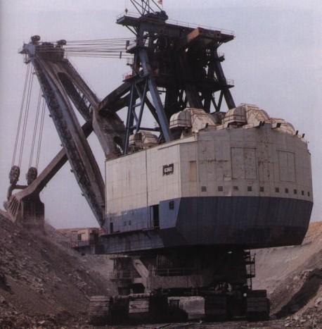 Marion 6360 A Kapitány – Az Egyesült Államokban, 1965-ben épült bányagép egy rekordot biztosan magáénak tudhat. 15000 tonnás tömegével ez a legnehezebb valaha épült földi jármű. Mintha csak a Star Wars egyik birodalmi halálosztója lépett volna le a vászonról! A 22 emeletes behemót 1991-ig volt szolgálatban, egy tűzeset miatt szüntette be a hegyek eltüntetését. A Kapitányt 36 villanymotor mozgatta, amelyek összteljesítménye 15000 lóerőre rúgott.