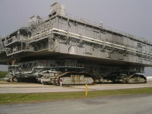 Crawler Transporter – A két hernyótalpakon mozgó 40 méter hosszú, és 35 méter széles teherszállító platform 1965 óta áll a NASA szolgálatában. Csak különleges rakományt, űrhajókat szállított az eddigi pályafutása alatt megtett 5500 kilométeren. Ezt a távot kizárólag az indítóállások és a VAB szerelőépülete között kialakított speciális úton tette meg, mivel 4190 tonnás tömegével könnyen belesüllyedne a puha floridai talajba. Csúcssebessége 3,2 km/óra, mozgatásáról 16 elektromos motor gondoskodik, ezeket pedig a hatalmas gépeknél megszokott dízelmotor-generátor kettős látja el árammal.