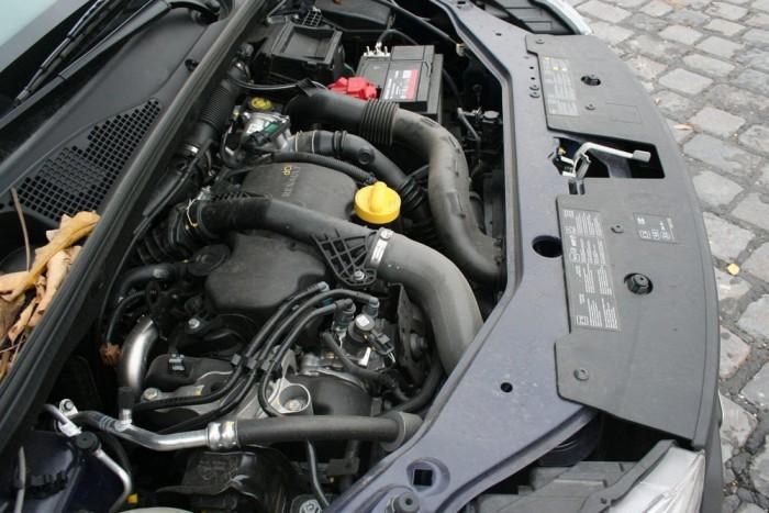 Egyenletesen adja le az erejét a motor, vibrációmentes, bár dolgoztak rajta, de nincs agyonszigetelve a környezet, mégis halk, dicséretesen viszi a kasztnit. Országtól függően 4 különböző motorral lehet megvenni: az 1.2 TCe 115 lóerős, az 1.6 MPI 85, plusz a dízel 75 és 90 lőerővel