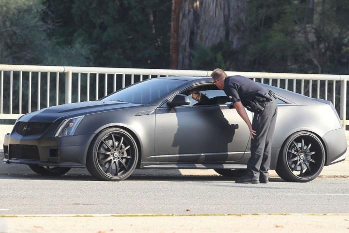 Justin Biebert mattfekete, öngyilkos ajtós Cadillac CTS-V kupéjával igazoltatják