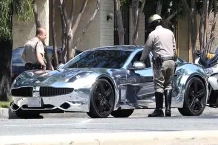Justin Biebert krómozott Fisker Karmája volánja mögött igazoltatják