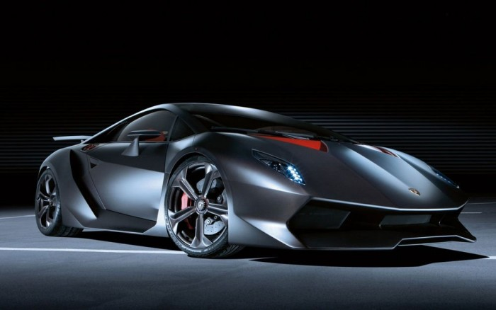 Lamborghini Sesto Elemento (20 darab) - Mindössze 2,5 másodperc alatt képes elérni a 100 km/órás tempót, de ez nem elsősorban a Lamborghini Gallardóból átemelt 570 lóerős V10-es motor érdeme, sokkal inkább annak, hogy mindössze 999 kilót nyom. A jármű karbon központi utascella köré épül, ehhez csatlakoznak az első és hátsó segédkeretek, szintén karbonból, míg a csatlakozások, futóműbekötési pontok alumíniumból készültek.