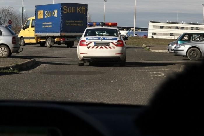 A rendőrök látták a benzinkútról távozó fegyveres autóját, de arra sem volt már idejük, hogy elé álljanak az Octaviával