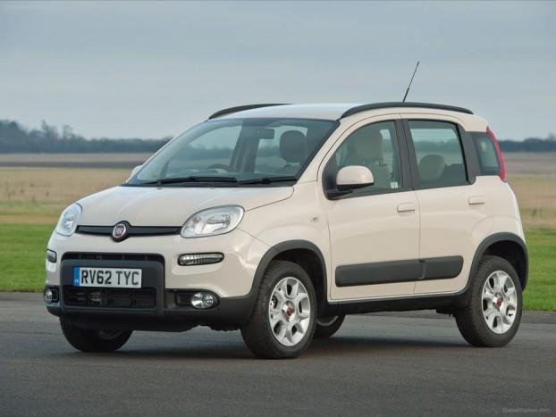 Fiat Panda 4x4 2013 - Viszkókuplungos önzáró négykerék-hajtás került a Pandába, ennél a megoldásnál az első kerekek kipörgése esetén jut nyomaték a hátsó tengelyre. Motorjait a hagyományos Pandától örökli, így az 1,2-es szívó benzines mellett a 0,9 literes turbós is bekerül, csakúgy, mint az 1,3 literes turbódízel.