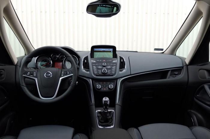 A kilátást segíti a franciáktól lopott két részre osztott A-oszlop, az Opel Zafira Tourer vezetőhelye kiemelkedő kényelmet biztosít.