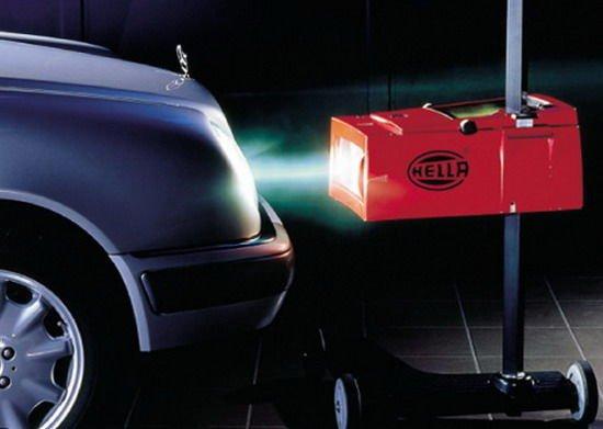 Ha már előttünk fényes az út, komoly lépést tettünk a biztonságos autózás felé, viszont közlekedőtársainkat sem érdemes elvakítani, ezért ügyeljünk a fényszórómagasság helyes beállítására
