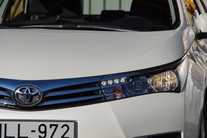 A menetjelző LED-ek vonzzák a figyelmet, ez tán az első Corolla a világtörténelemben, amit megnéz az utca népe. Kifejezetten forgatta a fejeket