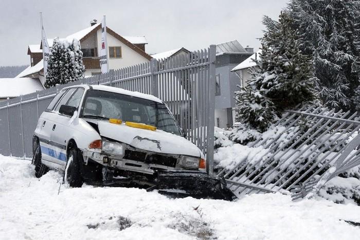 Ha a közlekedőket meglepi a hó, könnyű milliós kárt tenni egy páréves autóban. Egy olcsó használtat lezúzni kisebb érvágás, de mérlegelni kell az ütközésvédelembeli elmaradásukat a mai autóktól