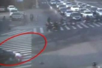 Autó hajtott át egy nőn a zebrán