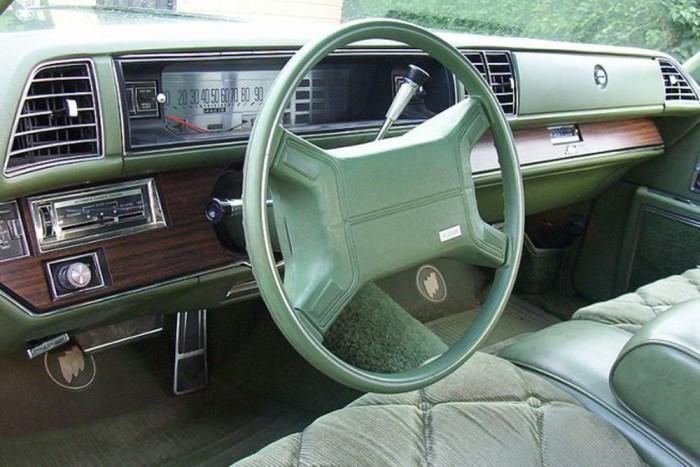 Légzsák (1974) - Ma már kivétel nélkül minden autó légzsákokkal ellátva gurul ki az üzemből. Az 1974-es Cadillac, Buick és Oldsmobile modellek voltak az elsők, amiket sorozatgyártásban ilyen életmentő szerkezetekkel szereltek fel, mint például a képen látható 1975-ös Buick Electra. Az 1987-es Porsche 944 Turbóban volt először kettős légzsák, és 1994-ben a Volvo 850-ben használtak elsőként oldallégzsákokat is.