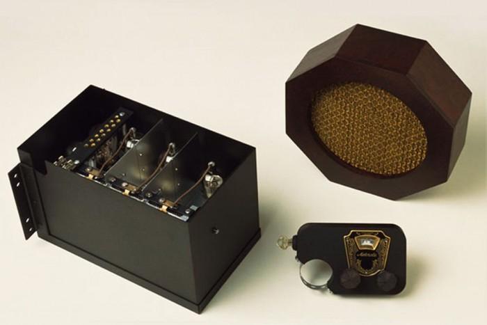 Autórádió (1930) - A világ első, kifejezetten autókba szánt, üzletileg is sikeres audiorendszerét Paul és Joseph Galvin dobta piacra 1930-ban. Ez volt a Motorola 5T71-es modellje. Az első rádiót egy 1300 kilométeres úton tesztelték, hibátlanul működött.