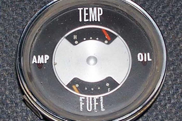 Az 1920-as években, a legelső műszerfalba épített üzemanyagszint-jelzőket az amerikai Studebaker autógyártó készítette.