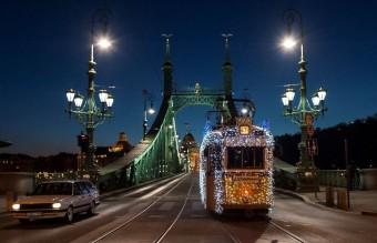 Karácsonyi villamos áll forgalomba Budapesten
