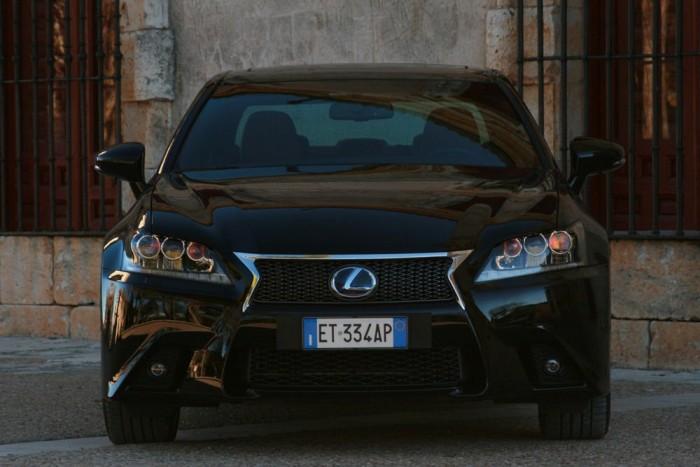 Nem létszik a belső sávban, hogy a GS 300h az új alapmodell. 12 millió forintba kerül, mint a V6-os, nem hibrid GS 250