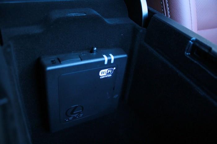 Jól működött az egyszerre öt készüléket kiszolgálni képes fedélzeti hotspot. Két 3G-s antenna biztosítja a stabil és gyors internetkapcsolatot nagy sebességnél is