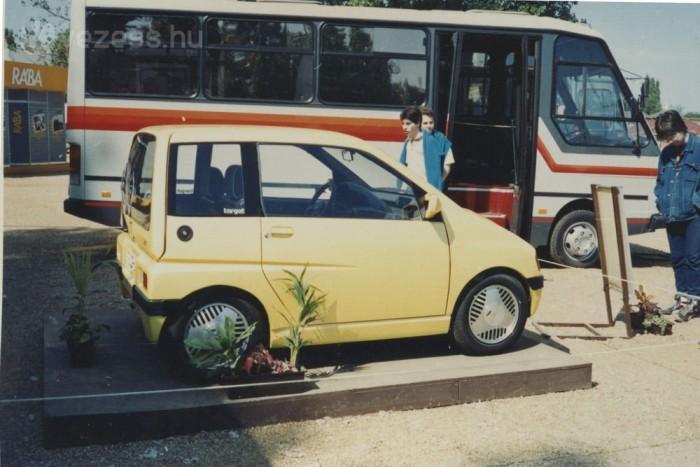 Nem lehet véletlen a háttérbe komponált kisbusz. A Tecoplan az Ikarus szakembereinek gyermeke.