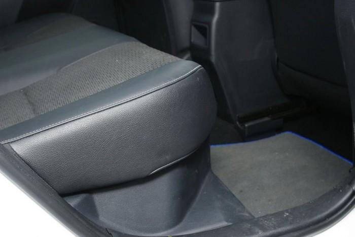 Az ülések alatti műanyag panel mögött rejlenek az akkumulátorok. Az ajtókat borító műanyag vonzza a piszkot.