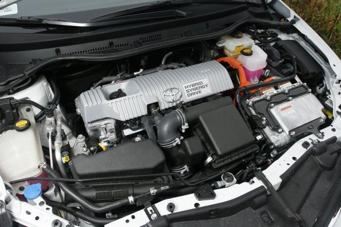 Hatásos hangszigetelést kapott a motortér, az 1,8 literes benzinmotor hangja csak autópálya-tempónál tolakodó.