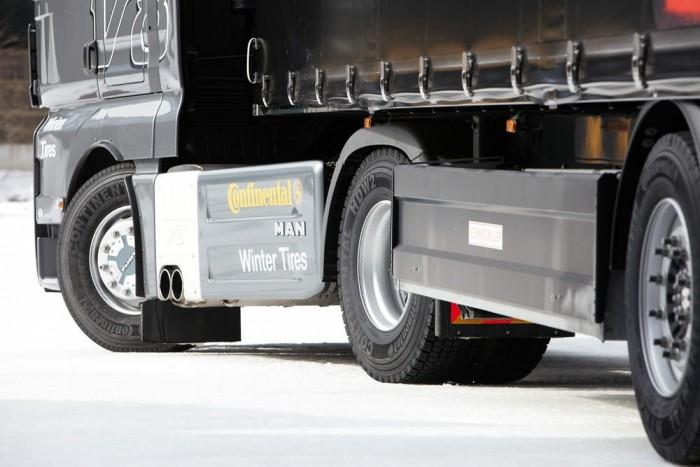 Nehéz tehergépjárművekre is létezik téli abroncs, de gyakoribb a nyári plusz hólánc