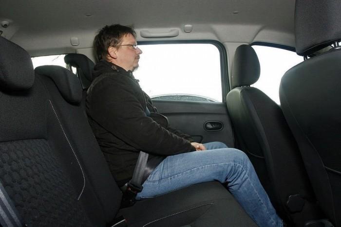 181 centis, mázsás újságíró-porhüvely terpeszkedik kabátban is kényelmesen a hátsó ülésen